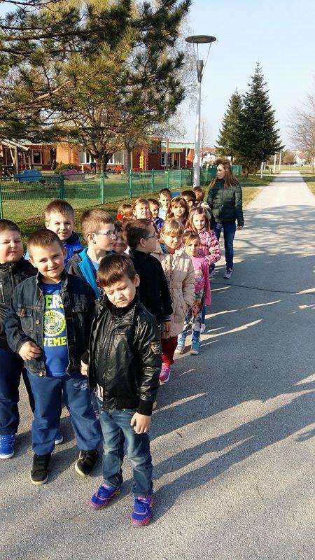 Mala škola u proljetnoj šetnji