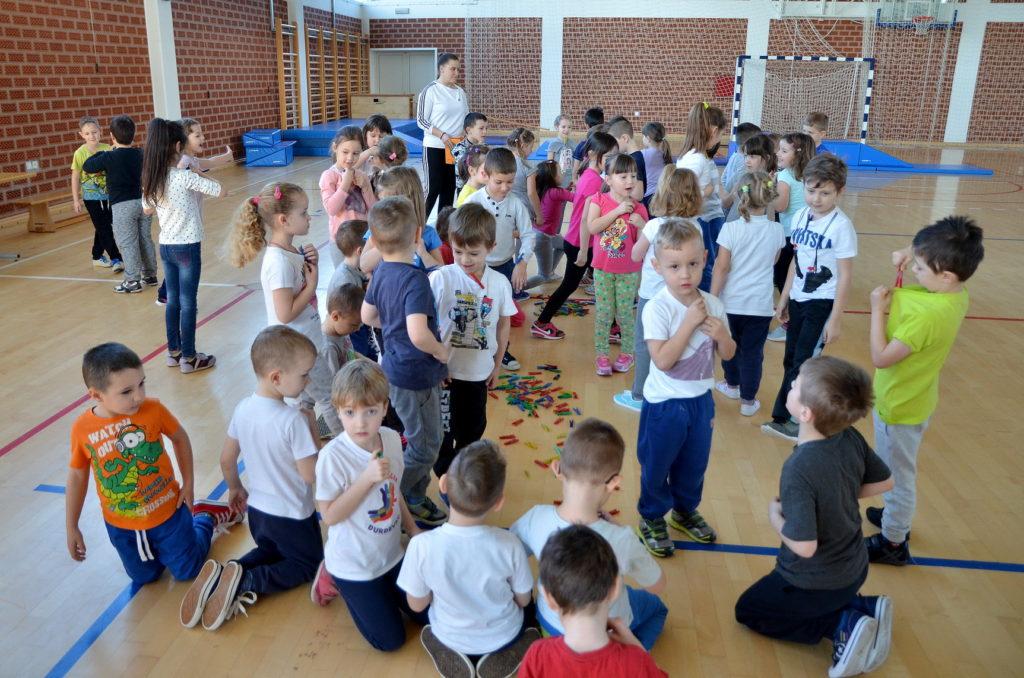 Budući školarci na prvom satu tjelesnoga u školi