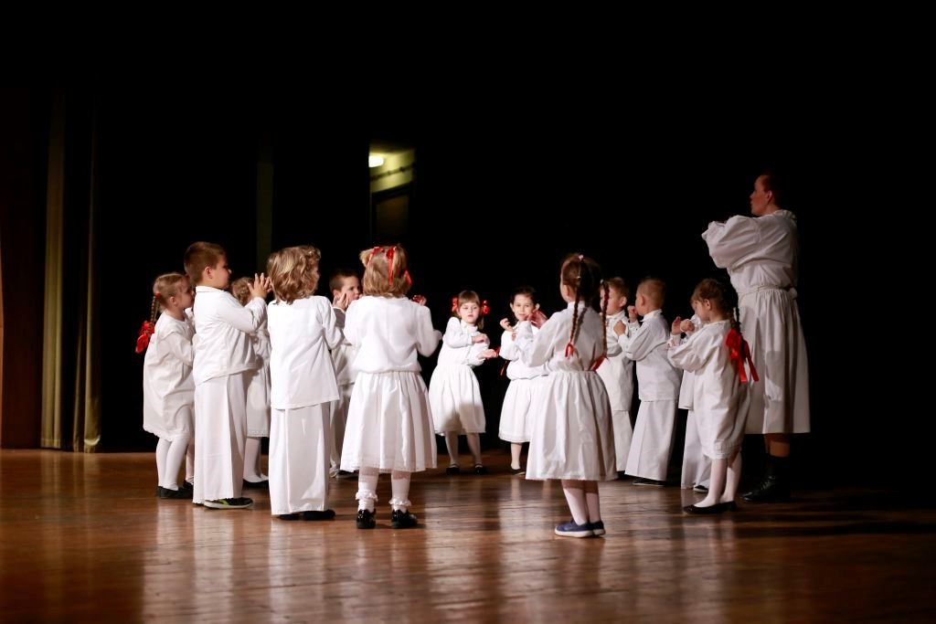 """Djeca polaznici Etno-tradicijskog programa na koncertu """"Svojem gradu za imendan"""""""