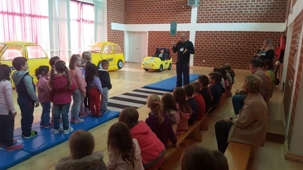 Predškolci učili poznavanje prometnih propisa, sigurnosnih pravila i odgovorno ponašanje na cesti.