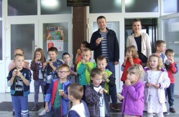 Vrtićarci sa osnovnoškolcima medenim doručkom najavili Medveni den