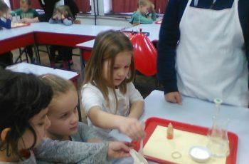 Balončići radili pokuse na satu kemije