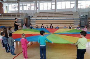 """Djeca polaznici """"Male škole"""" na satu tjelesne i zdravstvene kulture u dvorani OŠ Grgura Karlovčana"""