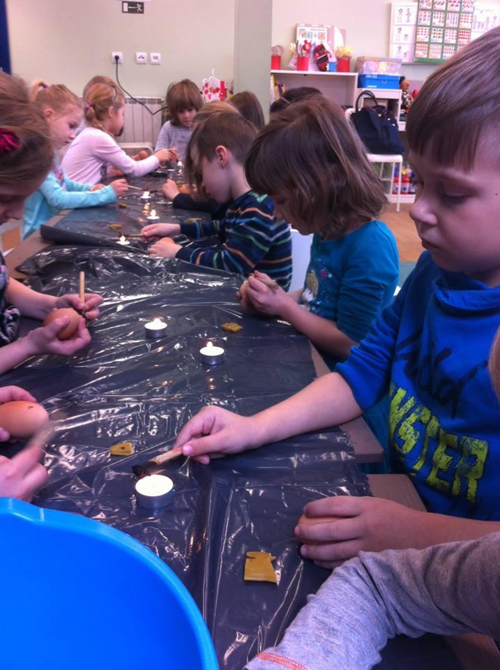 Oslikavanje uskrsnih jaja na Etno-tradicijskom programu