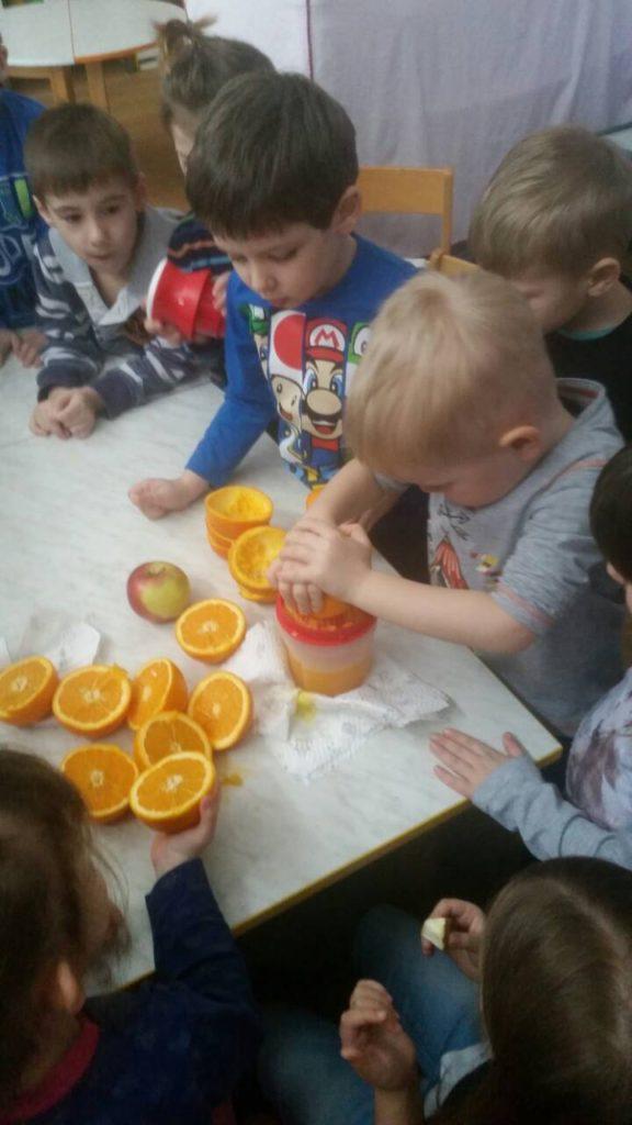 Izrada prirodnog soka od naranče u skupini Zvončići