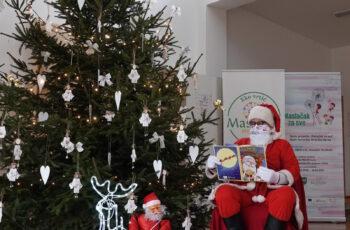 Djed Božićnjak posjetio mališane i darivao ih