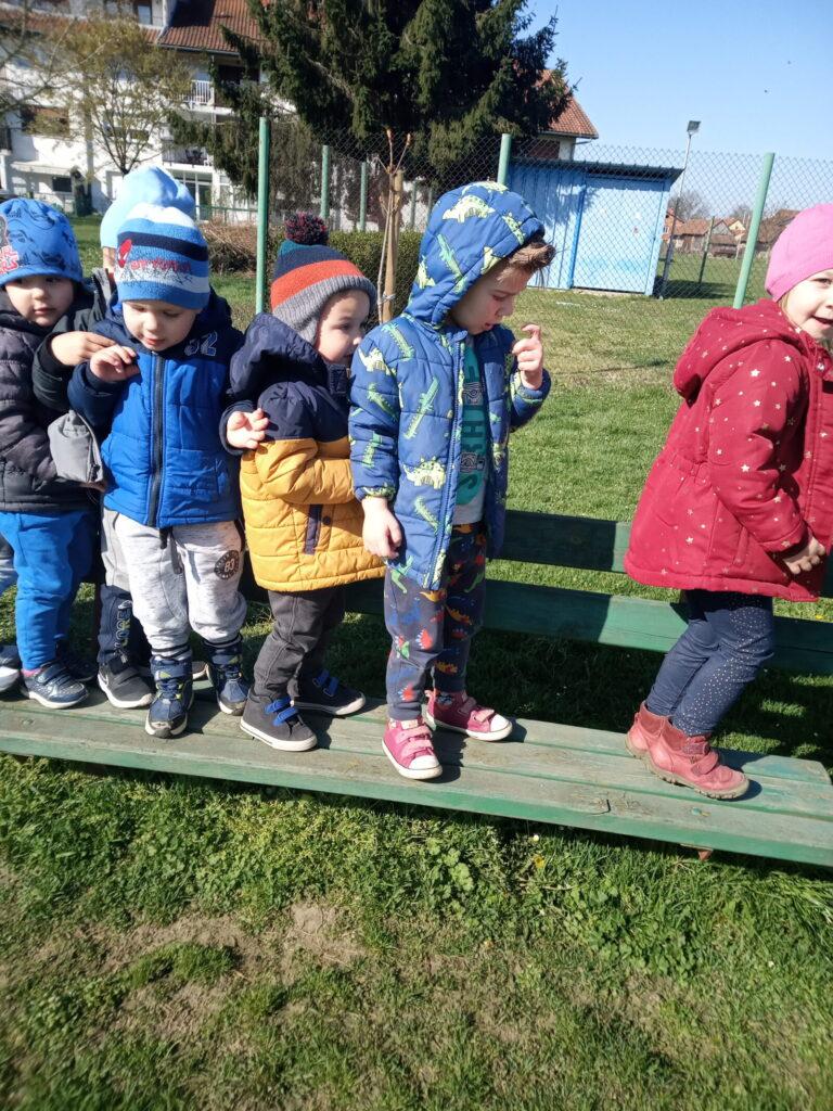 Sat tjelesnog vježbanja na dječjem igralištu